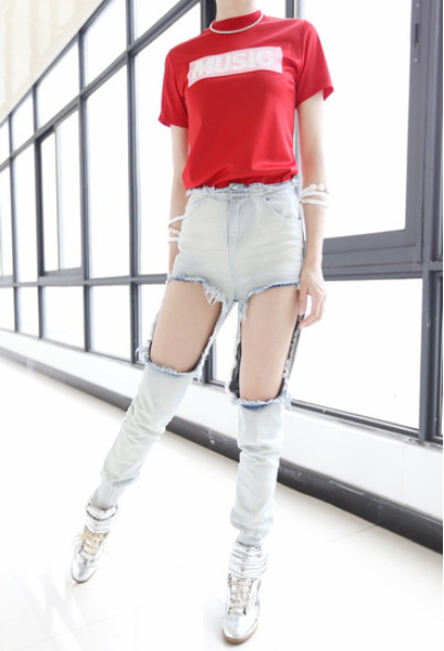 Mặc tất quần trong chiếc jean rách thời trang